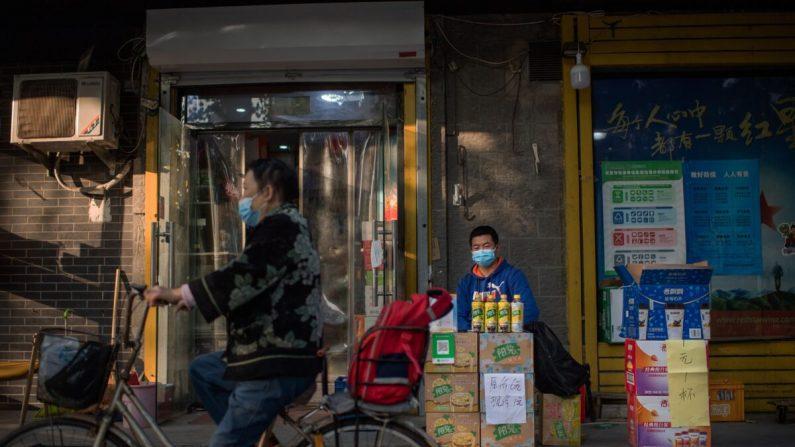 Un vendedor vende bebidas fuera de una tienda en una calle de Beijing, China, el 19 de octubre de 2020. (NICOLAS ASFOURI/AFP vía Getty Images)