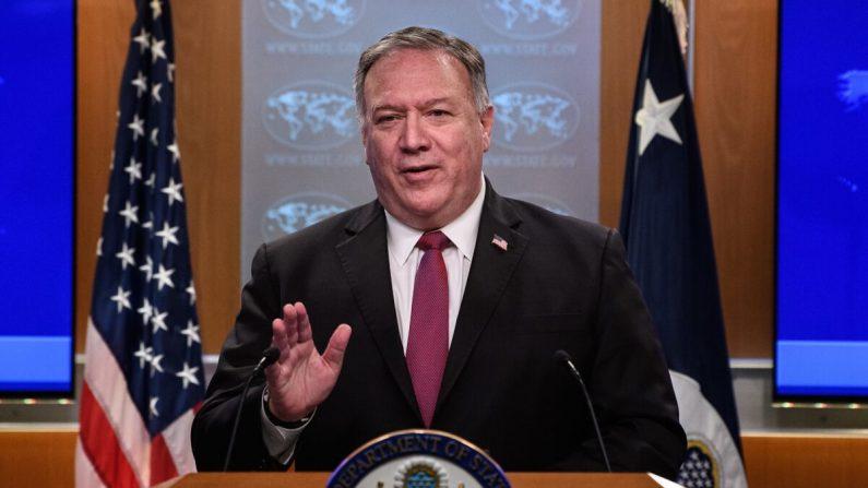 El secretario de Estado de EE. UU. Mike Pompeo habla en una conferencia de prensa en el Departamento de Estado en Washington, DC, el 21 de octubre de 2020. (NICHOLAS KAMM/POOL/AFP vía Getty Images)