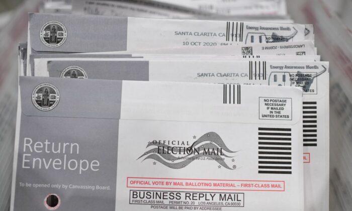 Boletas de voto por correo en sus sobres en el centro de procesamiento de los registradores del Condado de Los Ángeles en Pomona, California, el 28 de octubre de 2020. (Robyn Beck/AFP vía Getty Images)