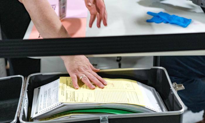 Los trabajadores del condado de Gwinnett comienzan el recuento de las boletas, el 13 de noviembre de 2020, en Lawrenceville, Georgia. (Megan Varner/Getty Images)