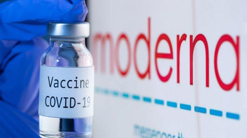 """Una botella que dice """"Vaccine Covid-19"""" junto al logotipo de la empresa de biotecnología Moderna, el 18 de noviembre de 2020. (JOEL SAGET/AFP a través de Getty Images)"""