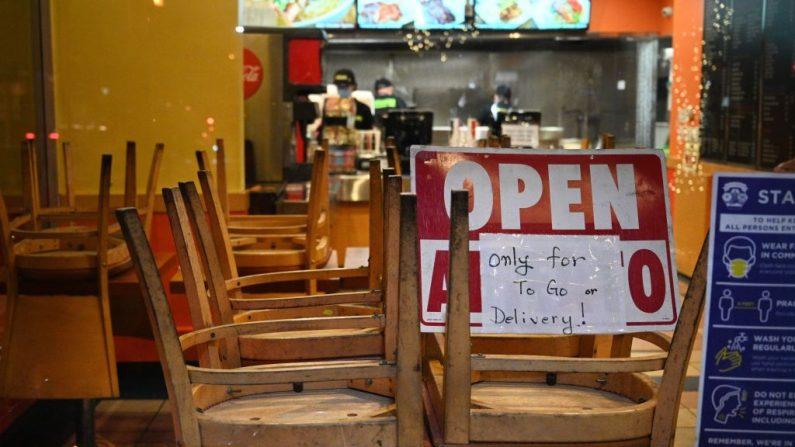 Los empleados trabajan en un restaurante abierto solo para pedidos para llevar o entregas, en Burbank, California, el 23 de noviembre de 2020. (Robyn Beck/AFP vía Getty Images)