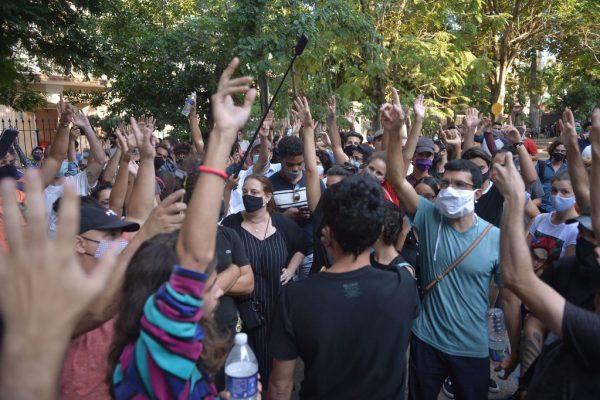 Un grupo de jóvenes intelectuales y artistas se manifiestan a las puertas del Ministerio de Cultura durante una protesta en La Habana (Cuba), el 27 de noviembre de 2020. (Foto de YAMIL LAGE / AFP a través de Getty Images)