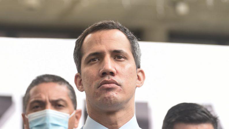Juan Guaido hace una pausa durante una conferencia de prensa en la Plaza Los Palos Grandes el 7 de diciembre de 2020 en Caracas, Venezuela. (Carolina Cabral/Getty Images)