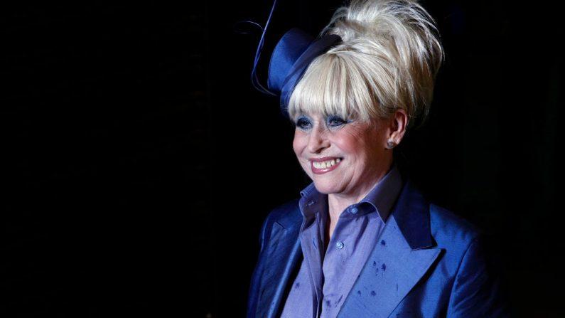 """La actriz británica Barbara Windsor asiste al estreno mundial de """"Alicia en el país de las maravillas"""" en el cine Odeon en Leicester Square de Londres el 25 de febrero de 2010. (Foto de CARL COURT / AFP a través de Getty Images)"""