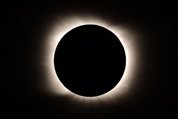 El eclipse solar total visto desde Piedra del Aquila, provincia de Neuquén, Argentina, el 14 de diciembre de 2020. (Foto de RONALDO SCHEMIDT / AFP a través de Getty Images)