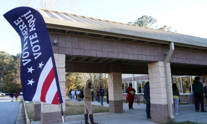 Los votantes hacen cola para emitir sus votos durante el primer día de votación anticipada en la segunda vuelta del Senado de los EE.UU. en el Parque Lenora en Atlanta, Georgia, el 14 de diciembre de 2020. (Tami Chappell/AFP vía Getty Images)
