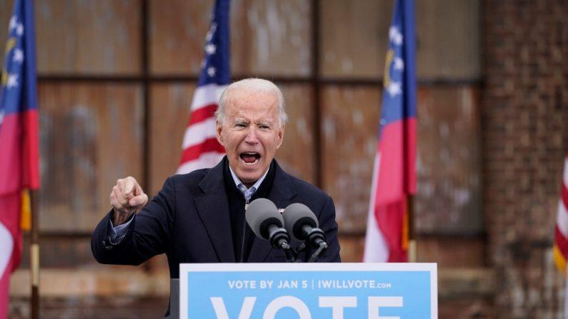 El candidato presidencial demócrata Joe Biden habla en un autocine para los candidatos demócratas del Senado de Estados Unidos, Raphael Warnock y Jon Ossoff, en Atlanta, Georgia, el 15 de diciembre de 2020. (Drew Angerer/Getty Images)