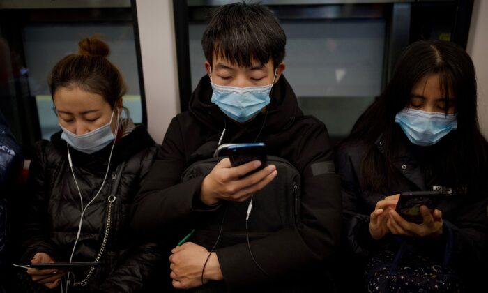 People wearing face Pasajeros del metro de Beijing el 19 de diciembre de 2020. (NOEL CELIS/AFP vía Getty Images)