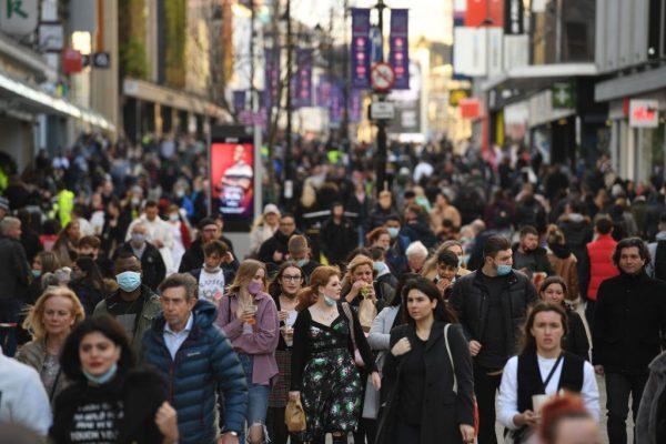Los compradores y los peatones llenan la calle Northumberland en Newcastle-upon-Tyne, en el noreste de Inglaterra, el 19 de diciembre de 2020. (Foto de OLI SCARFF / AFP a través de Getty Images)