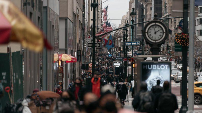 Los compradores navideños visitan de último minuto a los grandes almacenes en Midtown, Manhattan el 24 de diciembre de 2020 en la ciudad de Nueva York (EE.UU.). (Foto de Scott Heins / Getty Images)