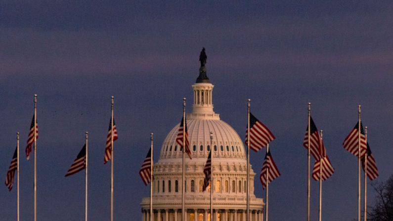 El edificio del Capitolio de EE.UU. se ve más allá del Monumento a Washington, cuando el sol se pone, el 26 de diciembre de 2020, en Washington, D.C. (Samuel Corum/Getty Images)