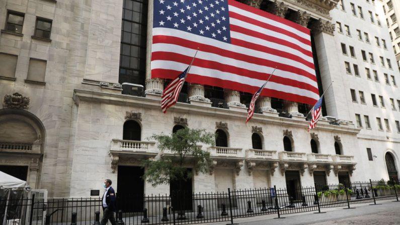 Una persona camina frente a la Bolsa de Valores de Nueva York (NYSE) en el bajo Manhattan el 21 de septiembre de 2020 en la ciudad de Nueva York. (Spencer Platt/Getty Images)