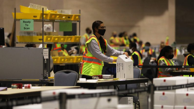 Los trabajadores electorales cuentan las boletas en Filadelfia, Pensilvania, el 3 de noviembre de 2020. (Spencer Platt/Getty Images)