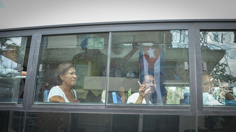"""Miembros del grupo disidente """"Damas de Blanco"""" son detenidas durante su protesta el 20 de marzo de 2016 en La Habana. (ADALBERTO ROQUE/AFP a través de Getty Images)"""