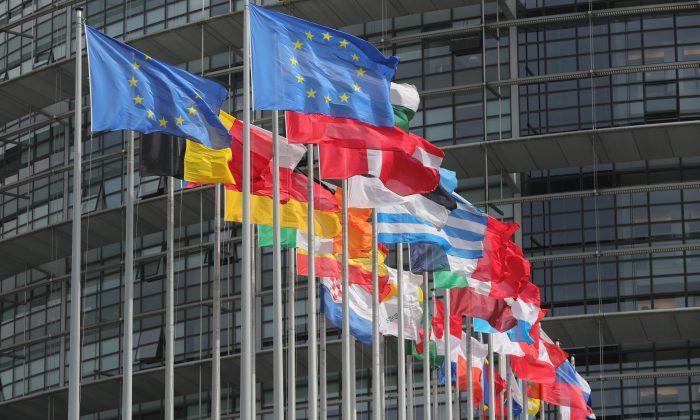 Las banderas de la Unión Europea ondean frente al Parlamento Europeo en Estrasburgo, Francia, el 11 de mayo de 2016. (Christopher Furlong/Getty Images)