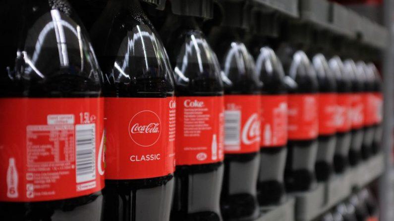 Las botellas de Coca-Cola se muestran en una sucursal de Asda en el norte de Londres, Inglaterra, el 27 de abril de 2018. (Foto de DANIEL LEAL-OLIVAS / AFP a través de Getty Images)