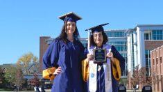 """Abuela de 75 años se gradúa de la universidad con su nieta de 22 años: """"Podemos hacer cualquier cosa"""""""