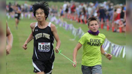Atleta estrella de cuarto grado se convierte en 'corredor guía' para ayudar a adolescentes ciegos