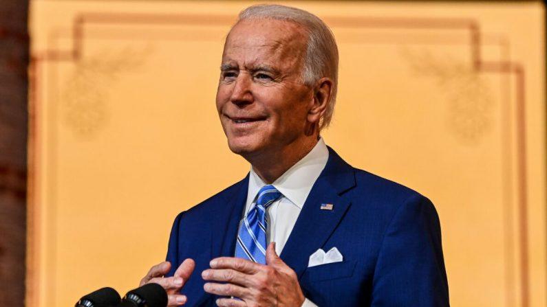 El nominado presidencial demócrata Joe Biden pronuncia un discurso de Acción de Gracias en el Queen Theatre de Wilmington, Delaware, el 25 de noviembre de 2020. (Chandan Khanna/AFP a través de Getty Images)