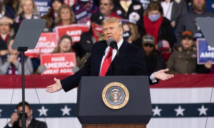 El presidente Donald Trump asiste a un acto de campaña en apoyo del senador David Perdue (R-Ga.) y la senadora Kelly Loeffler (R-Ga.) en Valdosta, Ga., el 5 de diciembre de 2020. (Lynn Lin/Epoch Times)