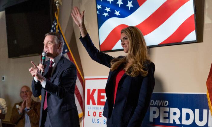 Los senadores David Perdue (R-Ga.) y Kelly Loeffler (R-Ga.) en un evento de campaña en un restaurante en Cumming, Ga., el 13 de noviembre de 2020. (Megan Varner/Getty Images)