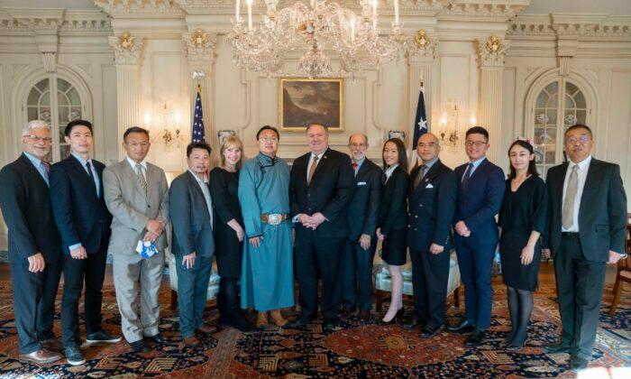 Representantes de la 'Coalición de Naciones Cautivas' organizada por el Comité 'Peligro Presente en China' se reúnen con el Secretario de Estado, Mike Pompeo, y con Robert Destro, Subsecretario de Estado para la Democracia, Derechos Humanos y Trabajo, el 3 de diciembre. (Cortesía de Sean Lin)