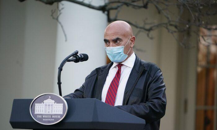 El Dr. Moncef Slaoui, experto en vacunas, presenta una actualización sobre la Operación Warp Speed, en el Rose Garden de la Casa Blanca, en Washington, el 13 de noviembre de 2020. (Mandel Ngan/AFP a través de Getty Images)
