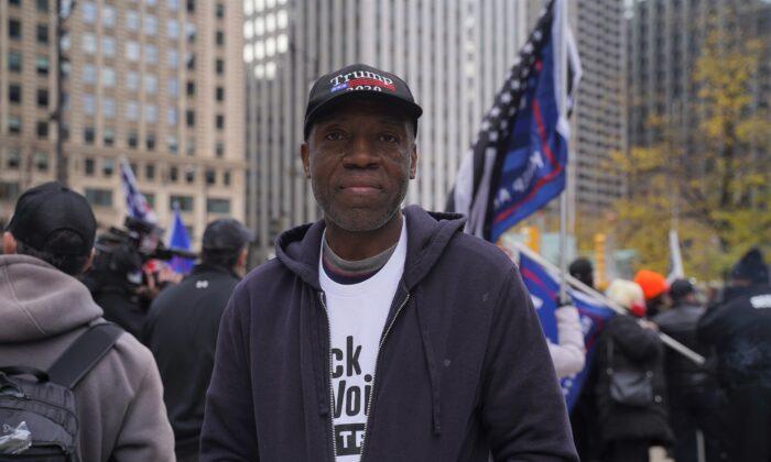 Ron Milner asiste a una manifestación Stop the Steal en Chicago el 26 de noviembre de 2020. (Cara Ding/The Epoch Times)