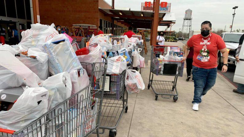 Roban muchos juguetes destinados a niños que viven en un complejo de viviendas públicas de San Antonio, Texas, por lo que los habitantes de San Antonio donaron más de 2000 obsequios y USD 18,000 para reponerlos. (Cortesía de la Autoridad de Vivienda de San Antonio)