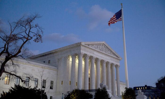 La bandera estadounidense ondea frente a la Corte Suprema de EE. UU. en Washington el 13 de febrero de 2016. (Drew Angerer/Getty Images)