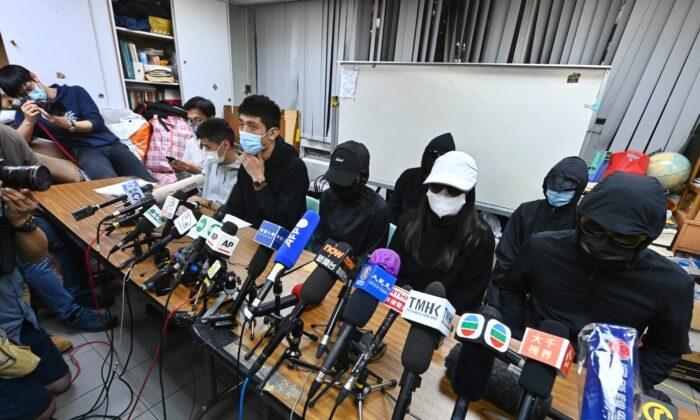 Familiares de 12 residentes de Hong Kong detenidos en China continental dan una conferencia de prensa en Hong Kong el 28 de diciembre de 2020. (Song Bilung/The Epoch Times)