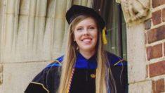 Mujer con autismo obtiene doctorado en trabajo social inspirando otros a perseguir sus sueños