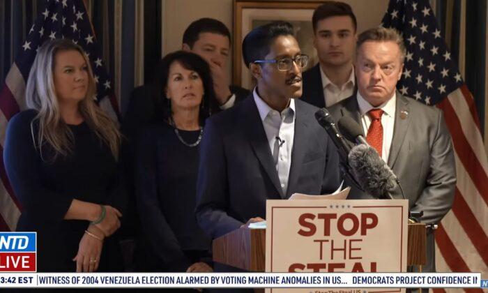 Ali Alexander, director del movimiento 'Stop the Steal', habla durante una conferencia de prensa en Washington, el 15 de diciembre de 2020. Entre los que están con él se encuentran los electores republicanos de Michigan Meshawn Maddock y Marian Sheridan. (Televisión NTD)