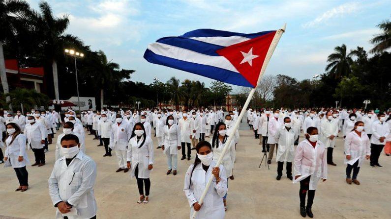 Fotografía de archivo de médicos cubanos que participan en un acto de despedida en La Habana, Cuba. (EFE/Ernesto Mastrascusa/Archivo)