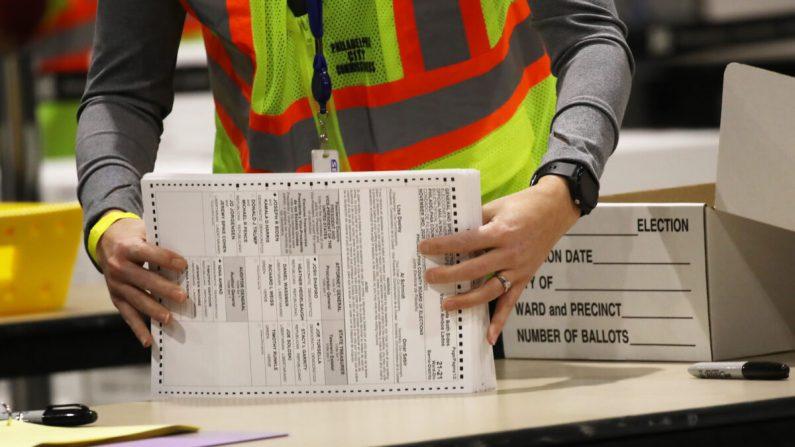 Un trabajador cuenta boletas en Filadelfia, Pensilvania, el 4 de noviembre de 2020. (Spencer Platt/Getty Images)