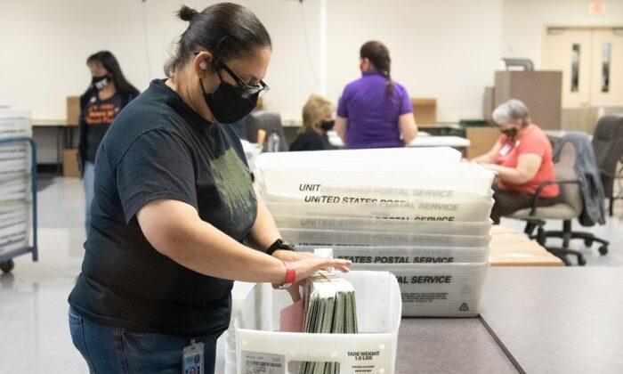 Un empleado del Departamento de Elecciones del Condado de Maricopa cuenta las boletas en Phoenix, Arizona, el 31 de octubre de 2020. (Courtney Pedroza/Getty Images)