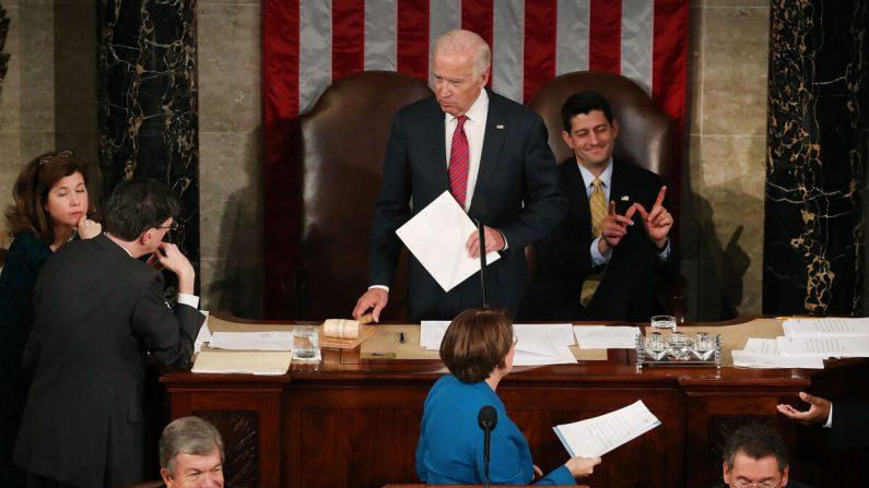 El presidente de la Cámara de Representantes Paul Ryan (R-Wis.), arriba a la derecha, reacciona mientras el vicepresidente Joe Biden, en el centro, preside el recuento de los votos electorales de las elecciones presidenciales de 2016 durante una sesión conjunta del Congreso en Washington el 6 de enero de 2017. (Mark Wilson/Getty Images)