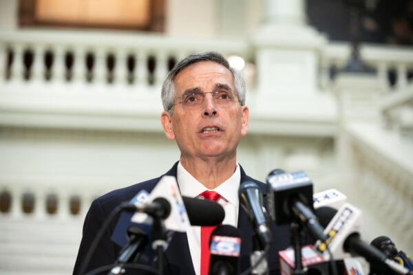 El secretario de Estado de Georgia, Brad Raffensperger, lleva a cabo una conferencia de prensa sobre el estado del recuento de votos en Atlanta, Georgia, el 6 de noviembre de 2020. (Jessica McGowan/Getty Images)