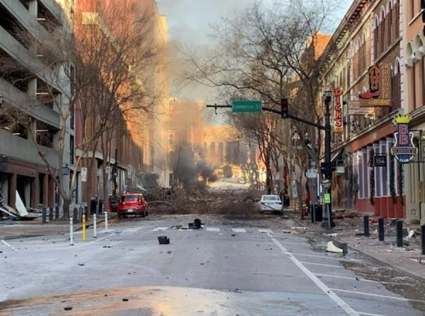 Fotografía cedida este viernes por el Departamento de Policía de Nashville (Tennessee, EE.UU.) en la que se captó una toma general de la calle Commerce, en el centro de la ciudad, donde esta madrugada se registró una gran explosión que las autoridades aún investigan. (Departamento de Policía de Nashville/EFE)