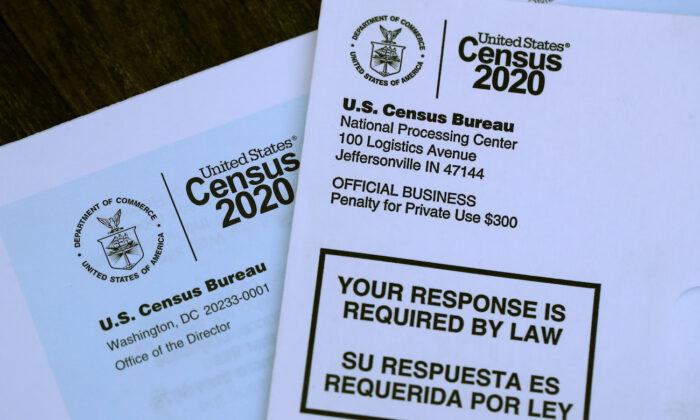 El logotipo del censo de EE.UU. aparece en materiales enviados por correo con una invitación para completar la información del censo por Internet, en San Anselmo, California, el 19 de marzo de 2020. (Justin Sullivan/Getty Images).