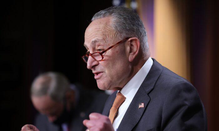 El líder de la minoría del Senado, Chuck Schumer (DN.Y.), habla durante una conferencia de prensa en el Capitolio de los Estados Unidos en Washington el 8 de diciembre de 2020. (Win McNamee/Getty Images)