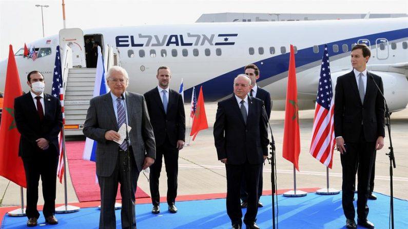 Una delegación compuesta por autoridades israelíes y estadounidenses y encabezada por Jared Kusher (d), yerno y asesor del presidente Donald Trump, partió el 22 de diciembre de 2020 en el primer vuelo directo entre Israel y Marruecos, donde tratarán sobre el establecimiento de vínculos diplomáticos entre ambos países. EFE/David Azagury/Embajada de Estados Unidos en Jerusalén