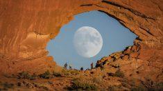 "Fotógrafo captura impresionantes imágenes de un ""ojo"" de la luna llena a través de un arco de roca roja"