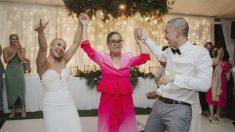 Pareja se afeita la cabeza en su boda para apoyar a la mamá con cáncer