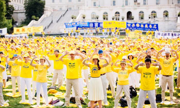 Practicantes de Falun Gong participan en un evento que pide el fin de la persecución de Falun Gong en China, en el Capitolio de Washington, el 20 de junio de 2018. (Edward Dye/The Epoch Times)