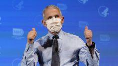 Anthony Fauci y otros funcionarios de salud reciben la vacuna contra el COVID-19