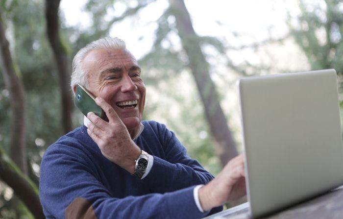 Levante el teléfono o inicie un chat de video con un amigo o familiar que lo necesite. Conectarse con ellos les ayudará a ambos a sentirse mejor. (Andrea Piacquadio/Pexels)
