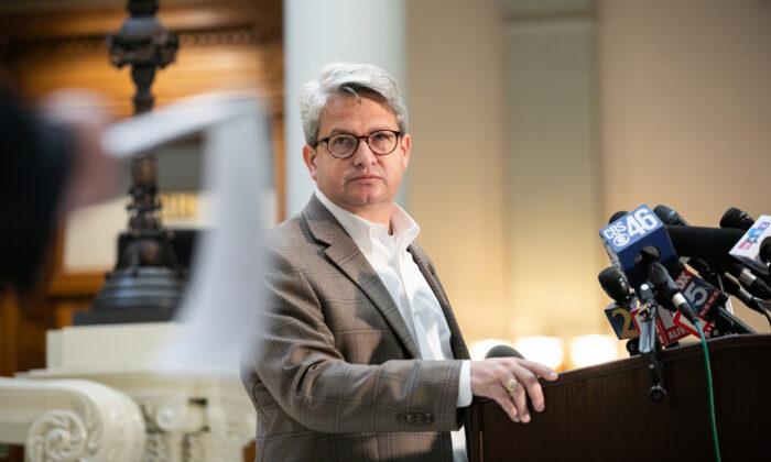 Gabriel Sterling, gerente de Sistemas de Votación de la oficina del Secretario de Estado de Georgia, responde a las preguntas durante una conferencia de prensa en Atlanta, Georgia, el 6 de noviembre de 2020. (Jessica McGowan/Getty Images)