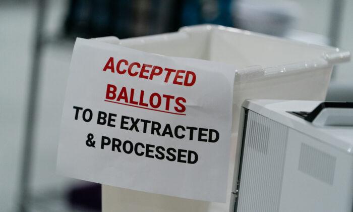 Un contenedor para boletas en las oficinas de la Junta de Registro de Votantes y Elecciones del Condado de Gwinnett en Lawrenceville, Georgia, el 7 de noviembre de 2020. (Elijah Nouvelage/Getty Images)
